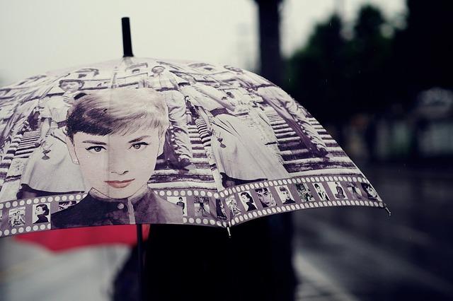 水滴の落ちない傘が車の乗り降りに便利すぎると話題になってる